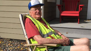 Neighbors make sure 95-year-old WWII is comfortable during daily walk