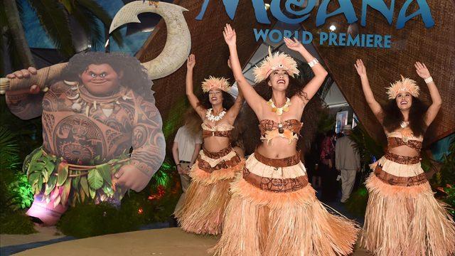 Excited girls meet'Maui' at Hawaiian Costco