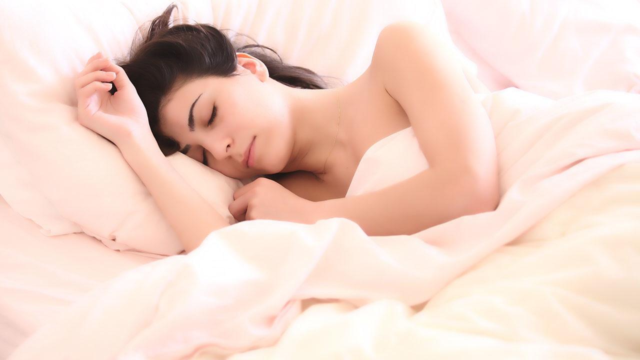 У тех, кто спортом не занимается, обычно уснуть не могут потому что организм пытается требовать еду в желудок.