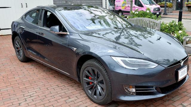 El sospechoso de DUI en Tesla pudo haber estado durmiendo con el piloto automático activado