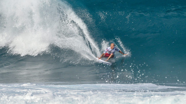 507afb1357 SEE  Surfing legend Kelly Slater pulls off unbelievable pipeline recovery