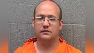 Acusan a hombre de violar a menor en baño de un McDonald