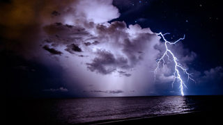 Florida beach lightning strike leaves 1 in critical condition, 7 others injured